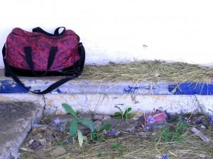 Дорожная сумка на автобусной остановке в Бобылёвке. Фото Юлии Руденко.
