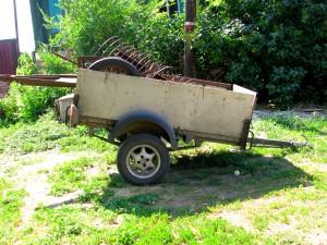 Тележка с сельскохозяйственными инструментами на улице в Елани. Фото Юлии Руденко.