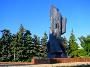 Памятник у Вечного огня на площади Николаевска. Фото Юлии Руденко.
