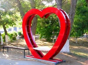 Лавка в виде сердца в парке Николаевска. Фото Юлии Руденко.