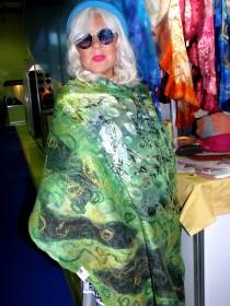 Лана Киселёва примеряет валяные модели Лидии Цховребовой. Фото Юлии Руденко.