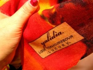 """Фирменный знак """"Yalidia"""" на палантине Лидии Цховребовой. Фото Юлии Руденко."""