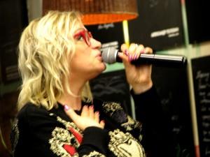 Певица Наталья Гулькина на презентации книги Ламы Сафоновой. Фото Юлии Руденко.